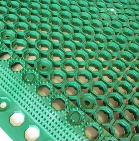 przerostowa zielona mata pcv o strukturze plastra miodu wraz z dołączoną krawędzią. Widok z góry