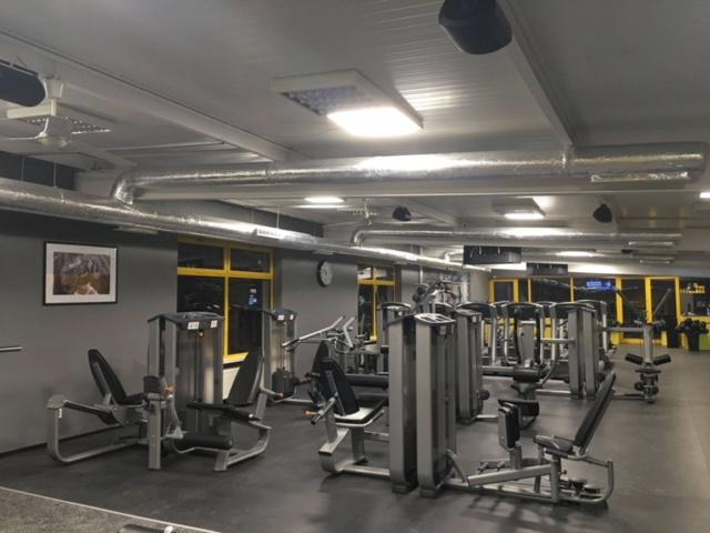 Zdjęcie siłowni. Pod urzadzeniami stacjonarnymi widać gumową matę na siłownie WS FIT
