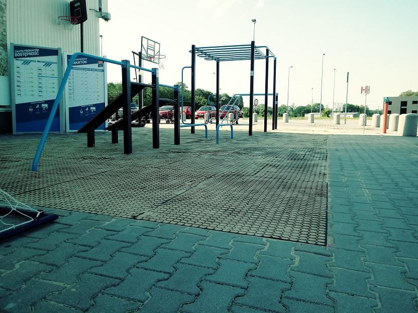 Maty Przerostowe zamontowane na siłowni zewnętrznej w Bielsku pod wszystkimi urzadzeniami. Przysypane piaskiem dla lepszego rezultatu estetycznego.