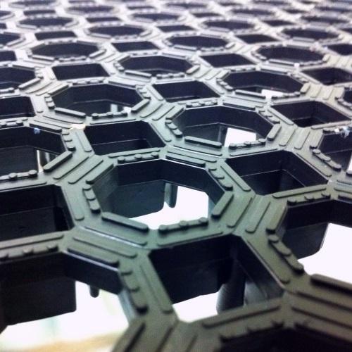 Widok przybliżony na przerostową matę antypoślizgową WS Honeycomb w czarnym kolorze